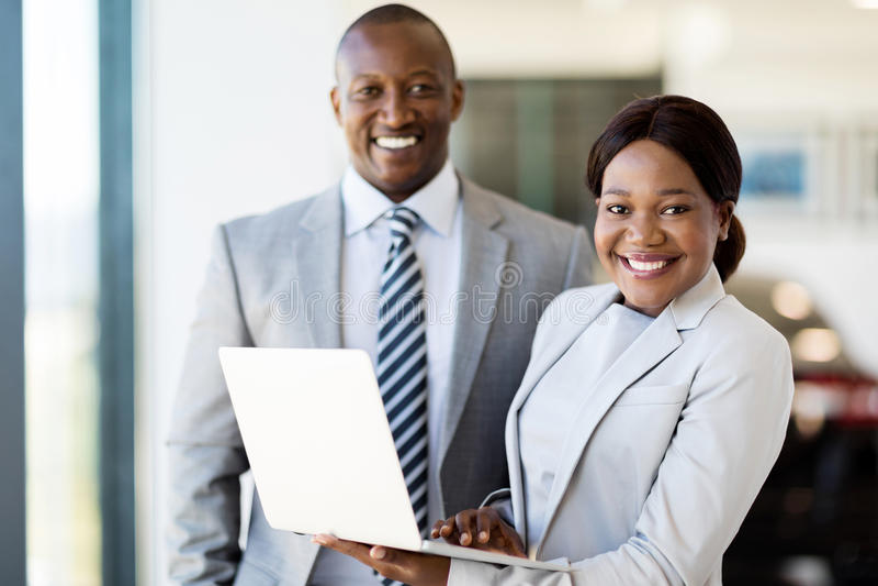 Pracownicy z laptopem obrazy royalty free