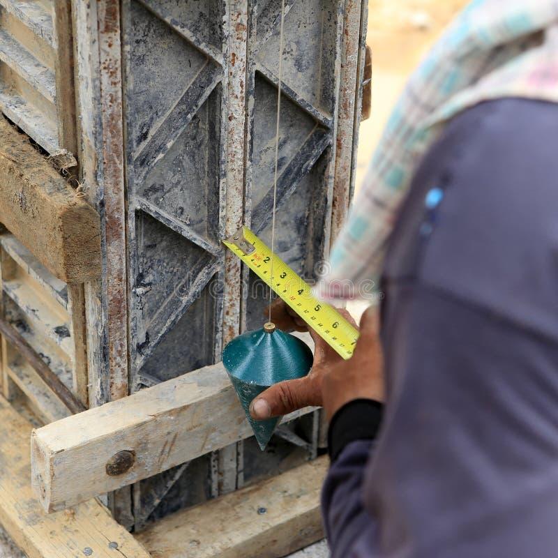 Pracowniczy mężczyzna używa pionowanie koczek dla czeka obrazy stock