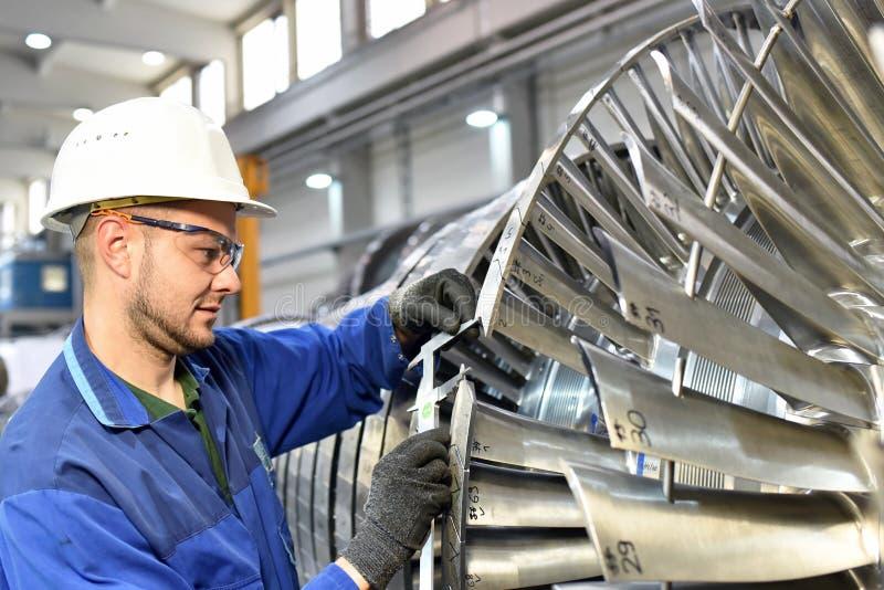 Pracowników gromadzić i kontrola jakości w trybie benzynowe turbina zdjęcia stock
