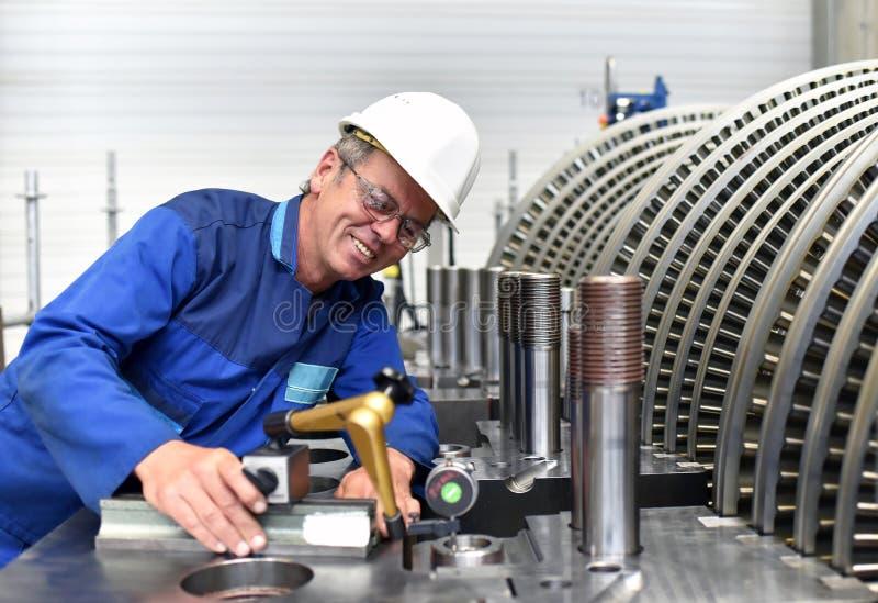 Pracowników gromadzić i kontrola jakości w trybie benzynowe turbina fotografia royalty free
