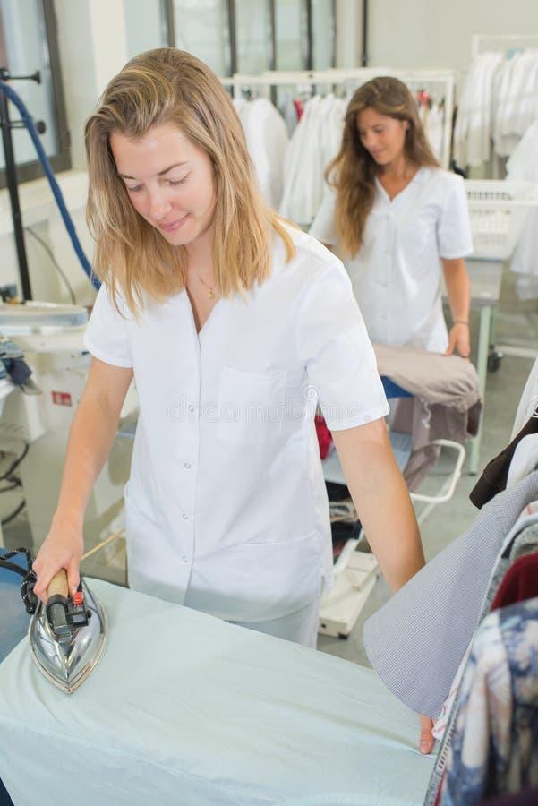 Pracowników ubrań pralnia odprasowywający żelazo suchy obrazy stock