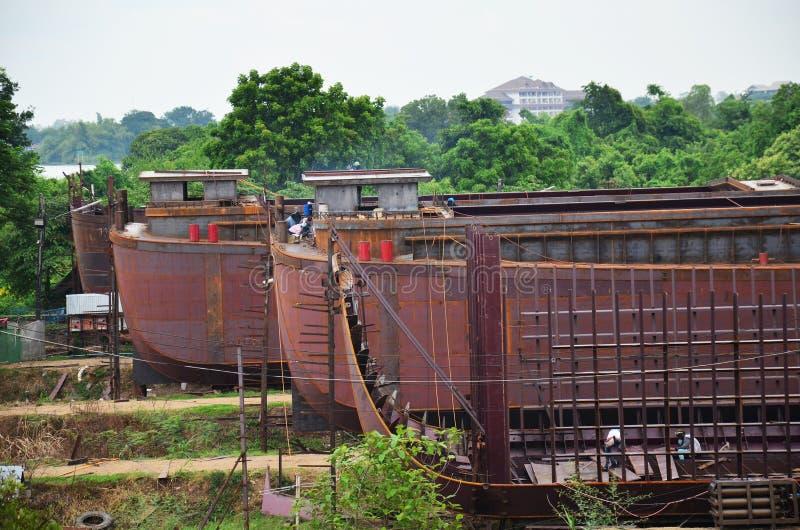 Pracownik budowa łódź przy dokiem zdjęcie stock