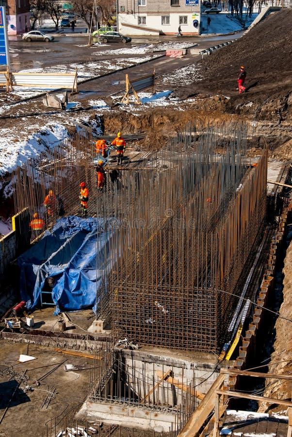 Pracownik budowa nowy most w Tyumen obraz royalty free