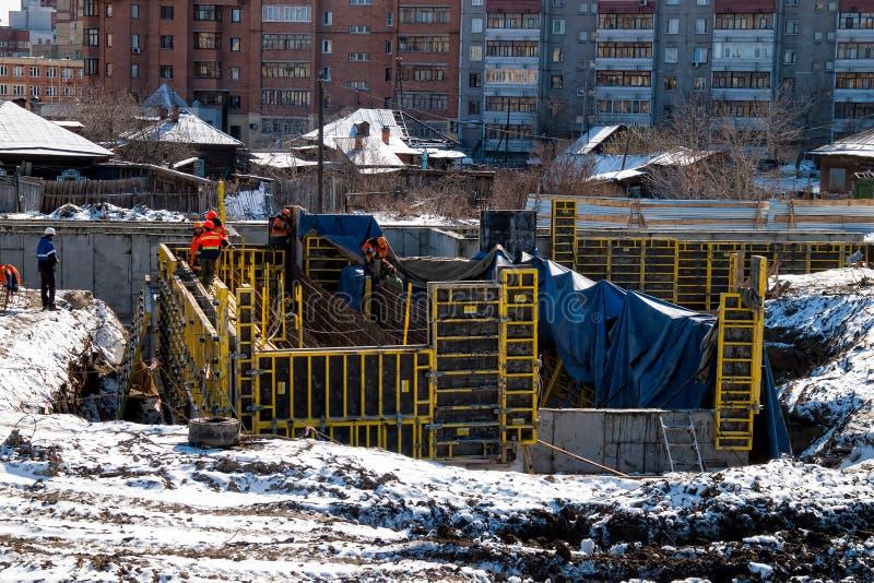 Pracownik budowa nowy most w Tyumen obraz stock