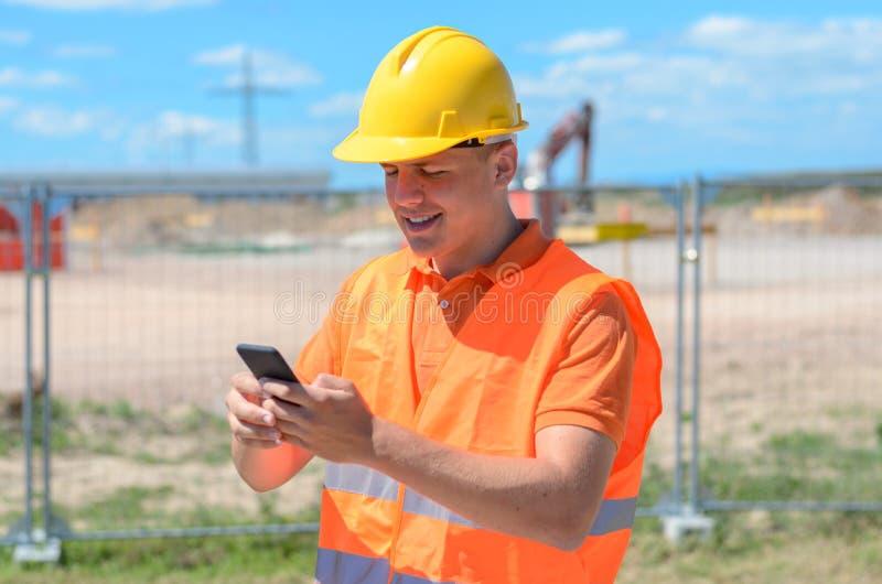 Pracownik budowlany, budowniczy lub inżynier na miejscu, fotografia royalty free