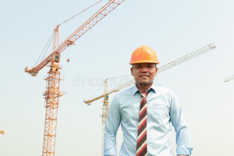 Pracownik budowlany i żurawie fotografia royalty free