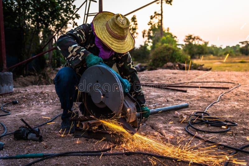 Pracownik budowlany i ogień od budowniczych w wieczór obraz royalty free