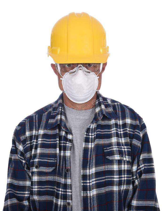 Pracownik Budowlany jest ubranym ciężkiego kapelusz, gogle i pył maskę, odizolowywającą nad bielem fotografia stock