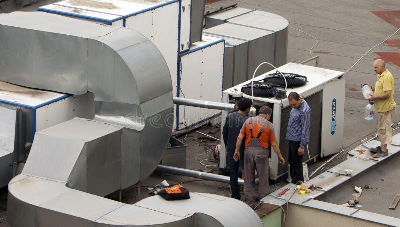Pracownik budowlany klimatyzacje i wentylacja zdjęcia stock
