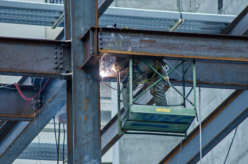 Pracownik budowlany pracuje na highrise budynku obrazy royalty free