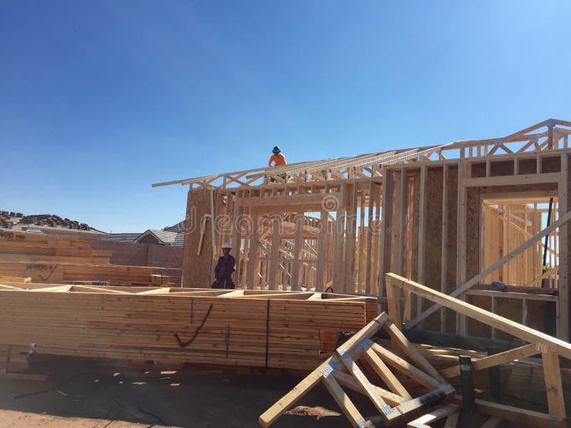 Pracownik budowlany pracuje na otokowym procesie dla nowego dom fotografia royalty free