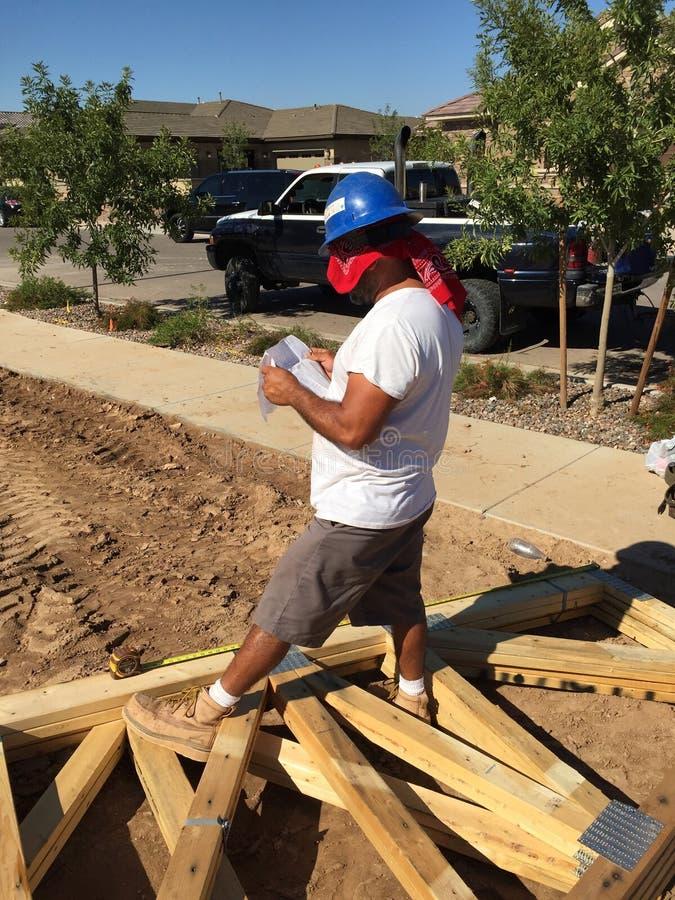 Pracownik budowlany pracuje na otokowym procesie dla nowego dom zdjęcia royalty free