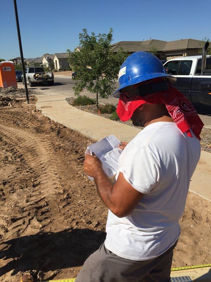 Pracownik budowlany pracuje na otokowym procesie dla nowego dom obraz royalty free