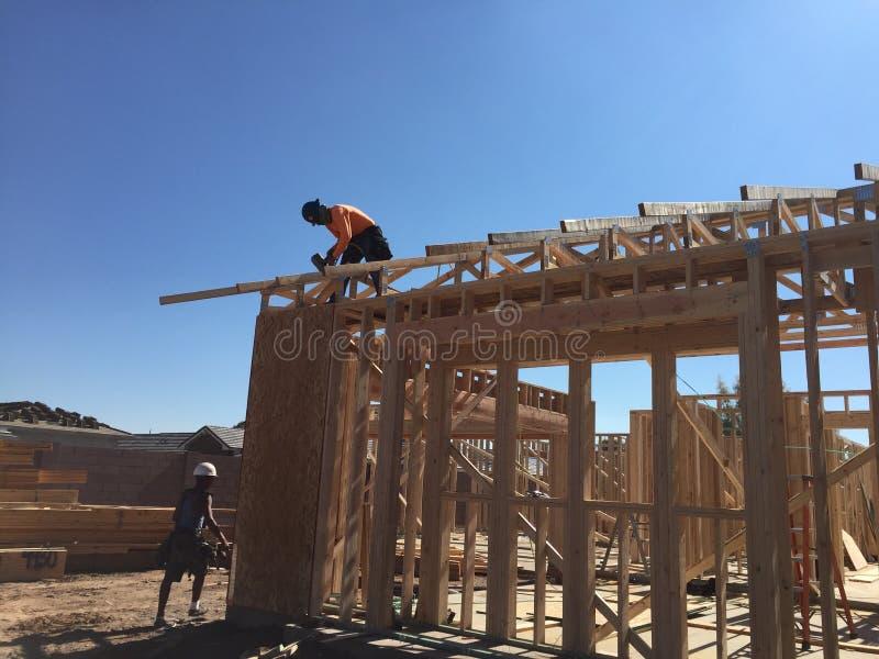 Pracownik budowlany pracuje na otokowym procesie dla nowego dom obraz stock