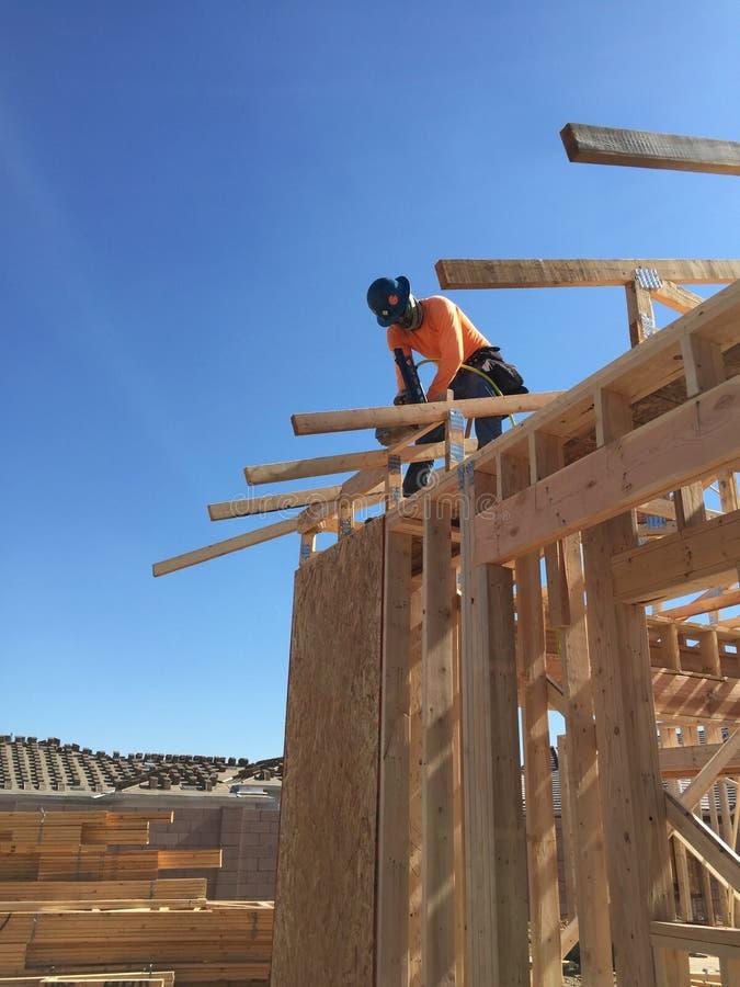 Pracownik budowlany pracuje na otokowym procesie dla nowego dom zdjęcie royalty free