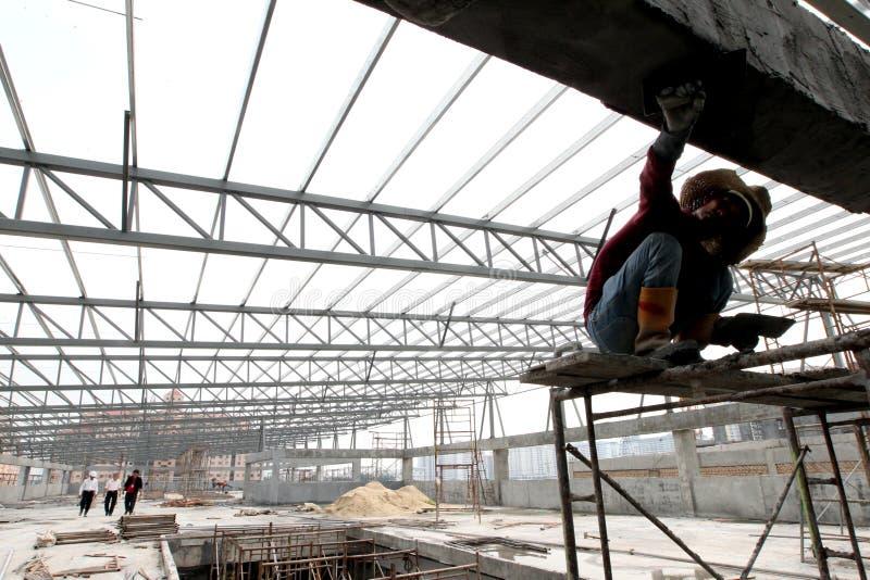 Pracownik budowlany pracuje przy miejscem zdjęcia royalty free