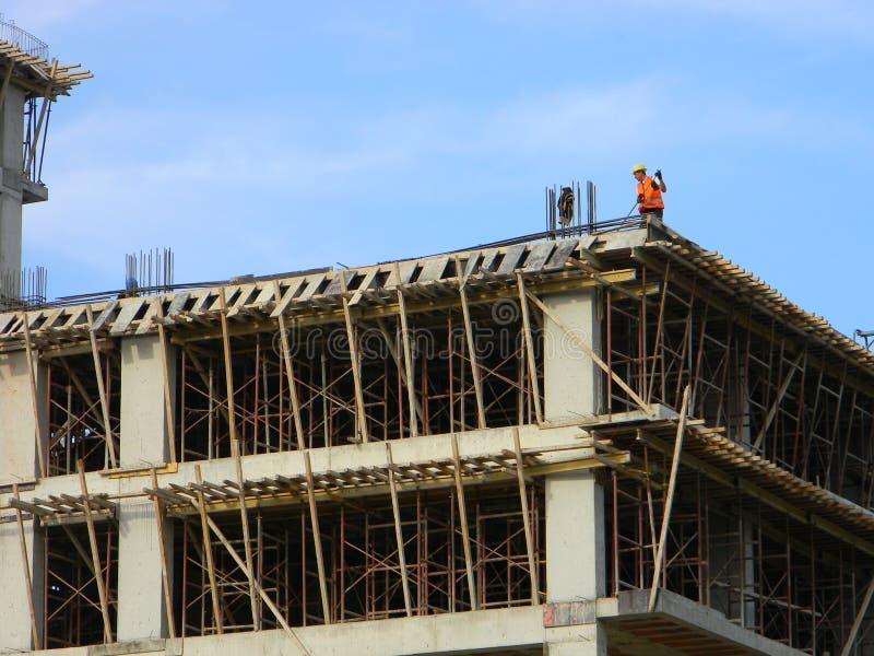 Pracownik budowlany przy nowym blokiem mieszkaniowym obrazy stock
