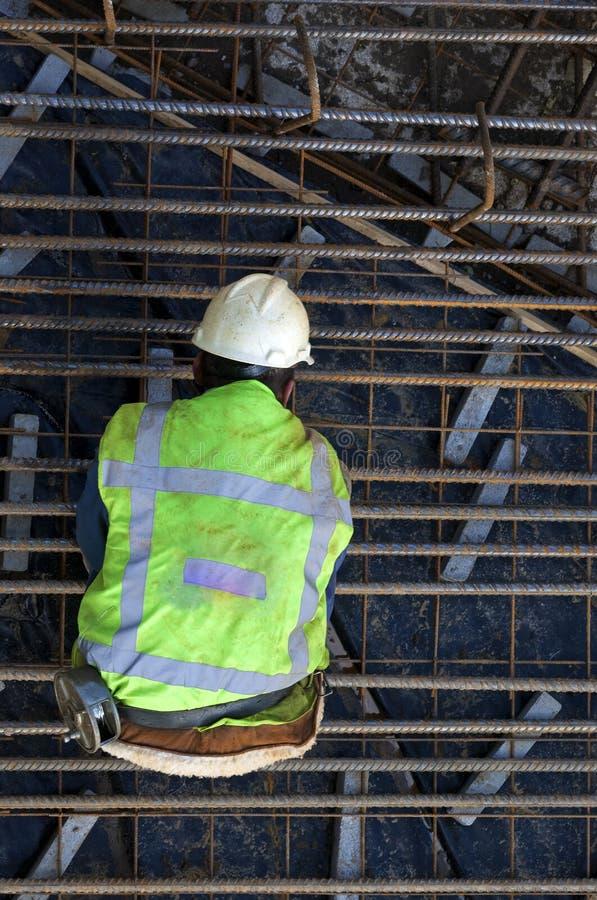 Pracownik budowlany przy pracą w budowy jamie obrazy stock