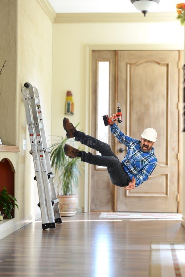 Pracownik budowlany spada daleko drabina fotografia stock