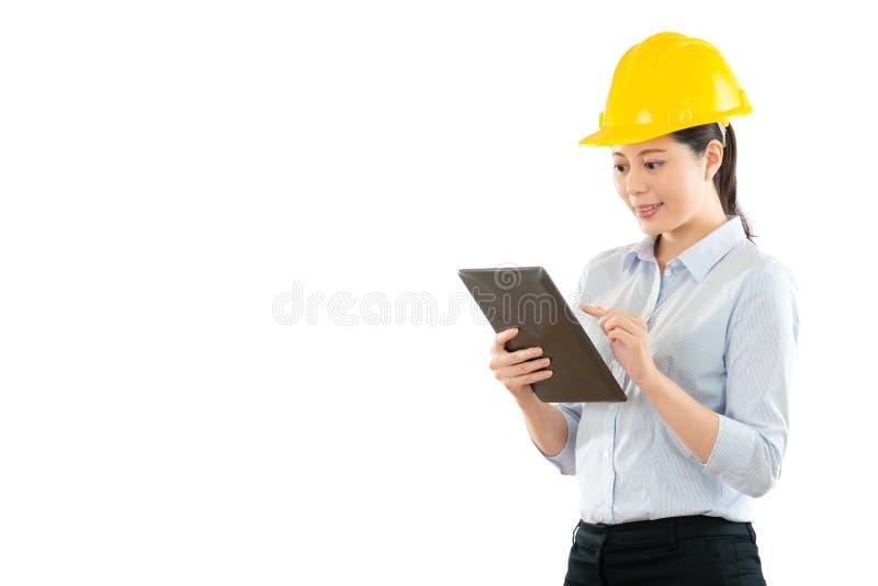Pracownik budowlany używać cyfrową pastylkę obrazy stock