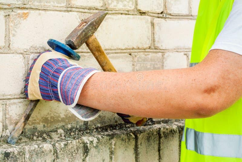 Pracownik budowlany używa ścinaka i młot fotografia stock