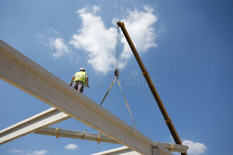 Pracownik budowlany z żurawiem zdjęcie royalty free