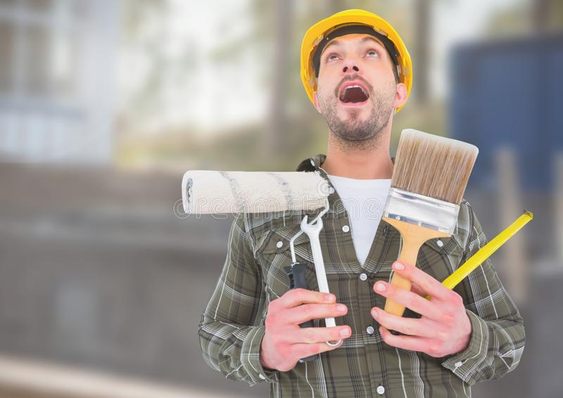 Pracownik Budowlany z farb narzędziami przed budową zdjęcie royalty free