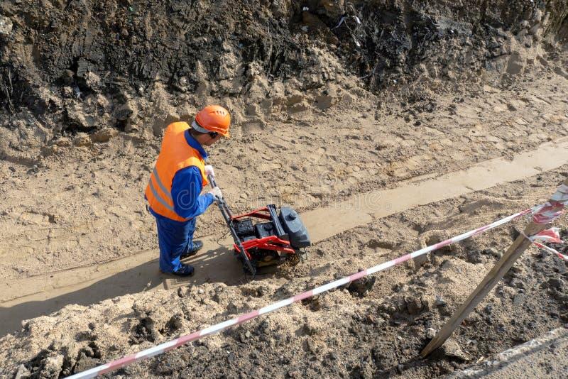 Pracownik buduje okopu piaska kamienia ziemię zdjęcia stock
