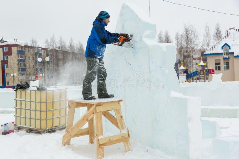 Pracownik ciie gomółki lód z piłą łańcuchową obrazy royalty free