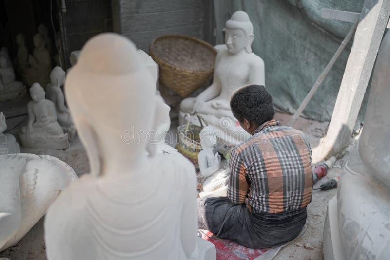 Pracownik ciie marmurową Buddha statuę obrazy royalty free