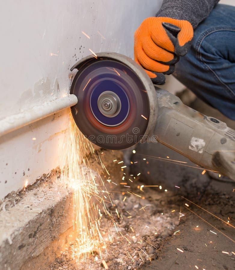 Pracownik ciie metal drymbę przy budową zdjęcie royalty free