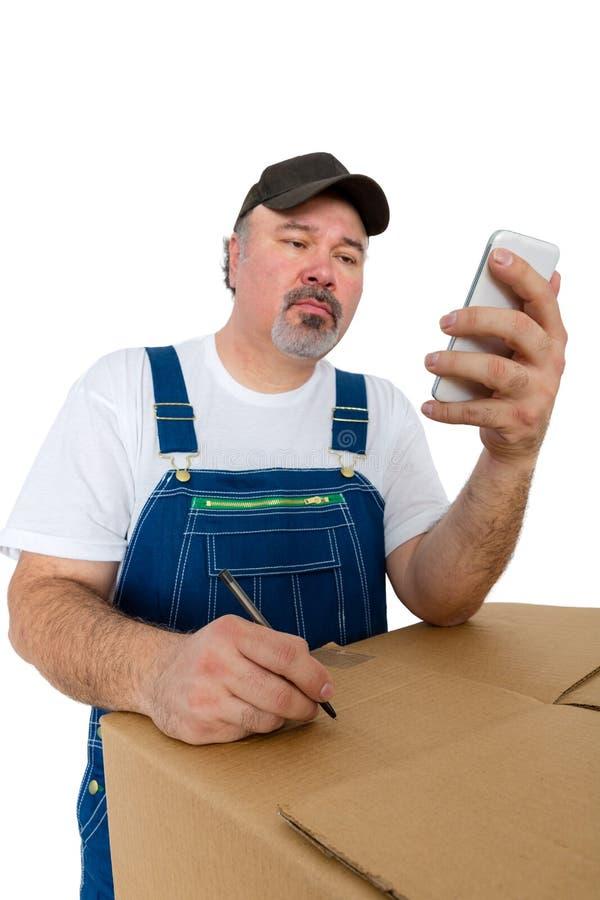 Pracownik czyta wiadomość tekstową w kombinezonach zdjęcie royalty free