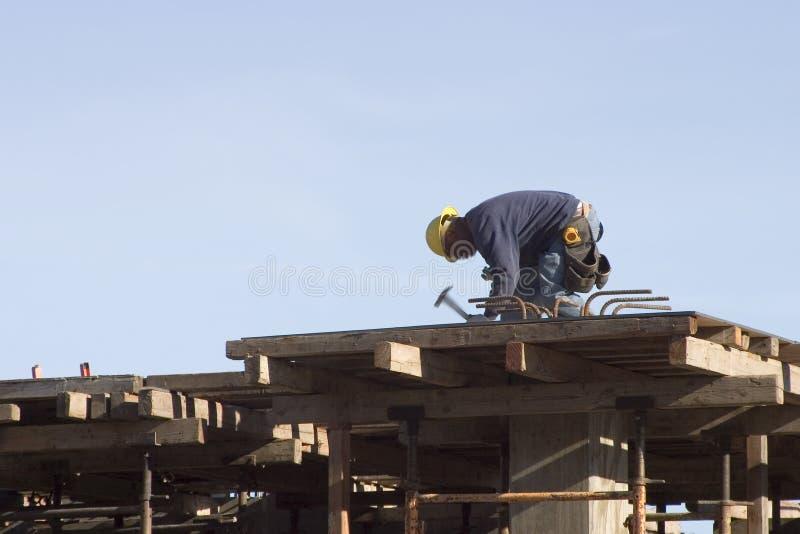 pracownik dachu. obraz royalty free
