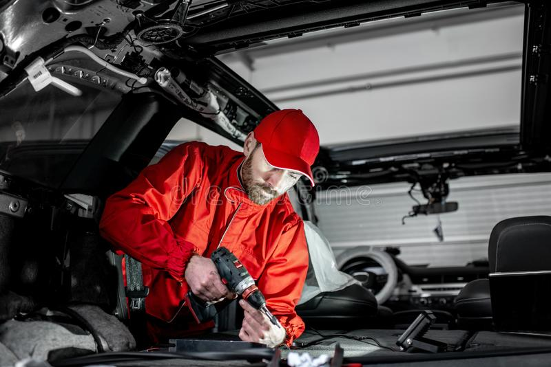 Pracownik demontuje samochodowego wnętrze zdjęcia stock