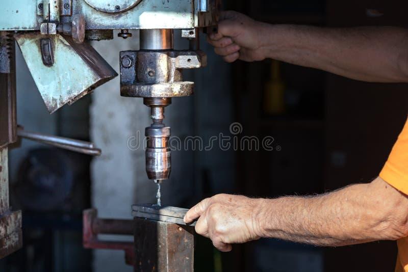Pracownik działa przemysłową świder maszynę wśrodku aluminiun fabryki fotografia royalty free