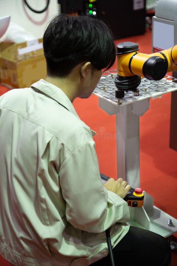 Pracownik działa robot rękę zdjęcie stock