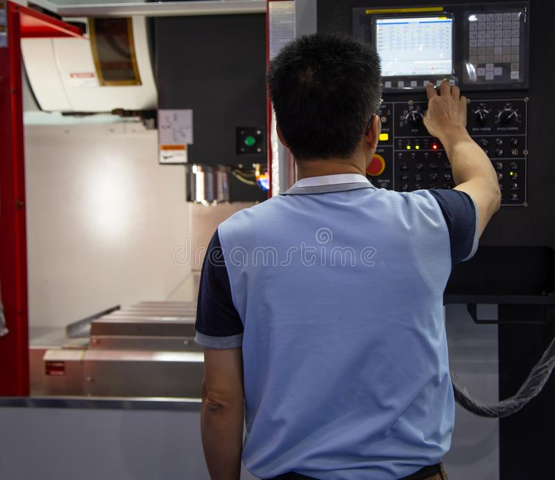 Pracownik dzia?a CNC maszyn? obrazy royalty free