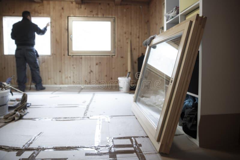 Pracownik instaluje nowych drewnianych okno obraz royalty free