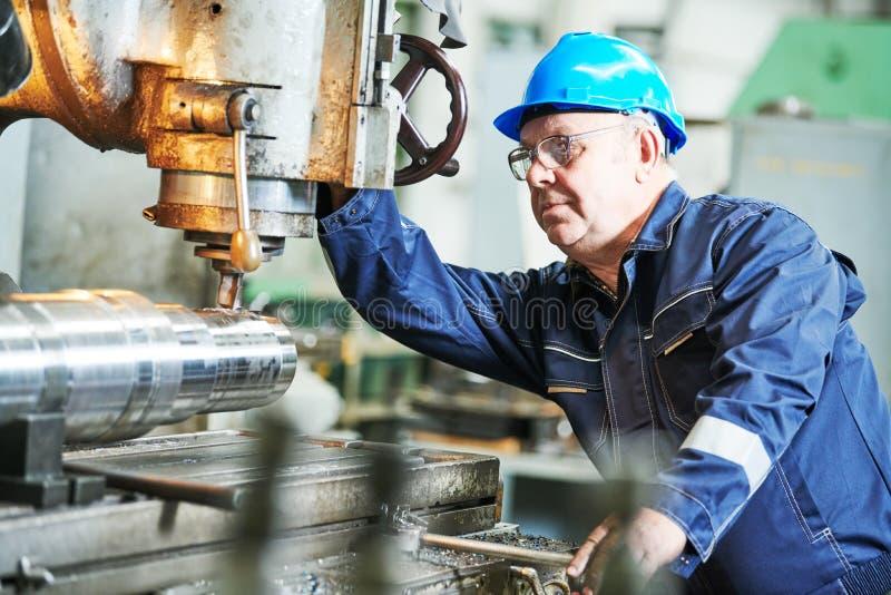 Pracownik młynarki mielenia operacyjna maszyna przy przemysłową rękodzielniczą fabryką fotografia royalty free
