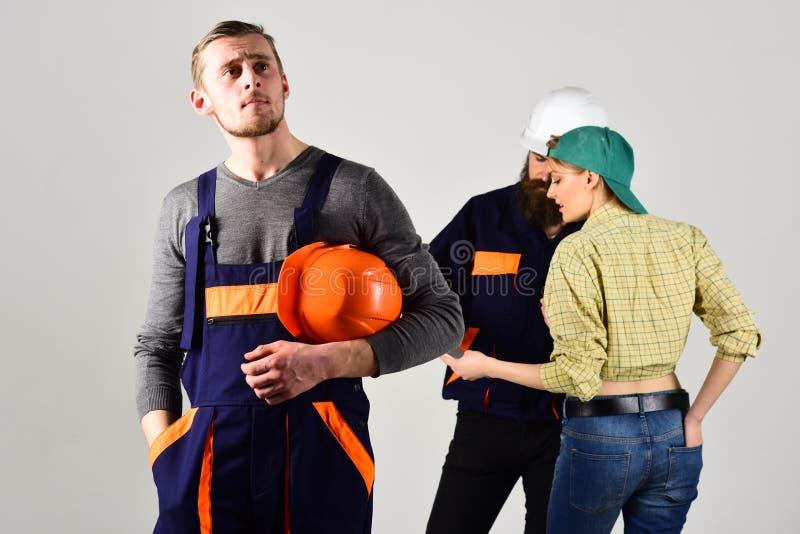 Pracownik marzy podczas gdy koledzy podpisuje kontrakt za on Brygada pracownicy, budowniczowie, naprawiacze i dama popielaci, fotografia stock