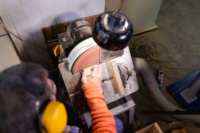 Pracownik mleje baru na maszynie na widok obraz stock