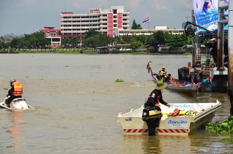 Pracownik ochrony jazdy strumienia narta i gumowa łódź dla bezpieczeństwa i ochrony zdjęcie royalty free