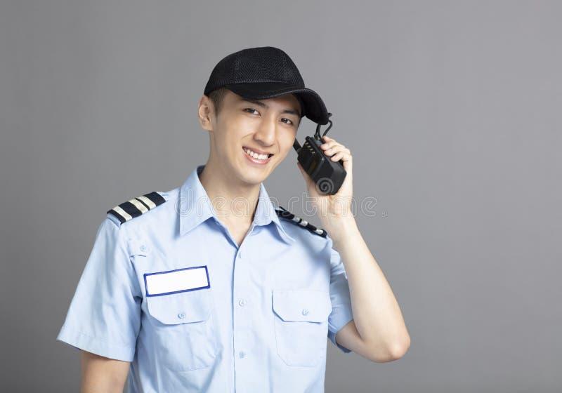 Pracownik ochrony używa przenośnego radiowego nadajnika obraz royalty free