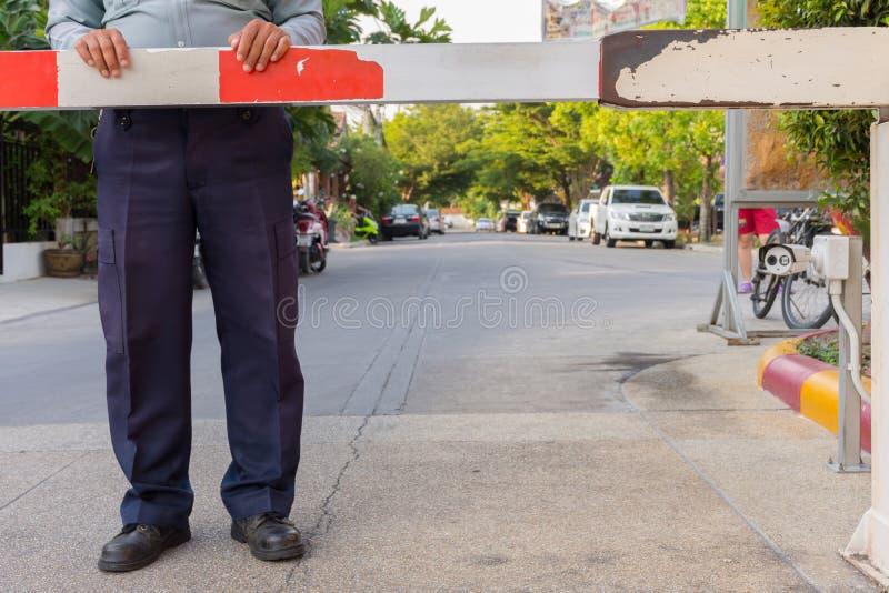 Pracownik ochrony z bariery bramą obrazy stock