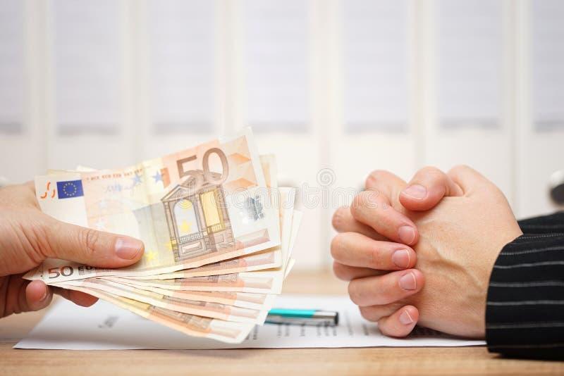 Pracownik odmawia szyldowy dokument prawny i akceptuje odłączanie obraz royalty free