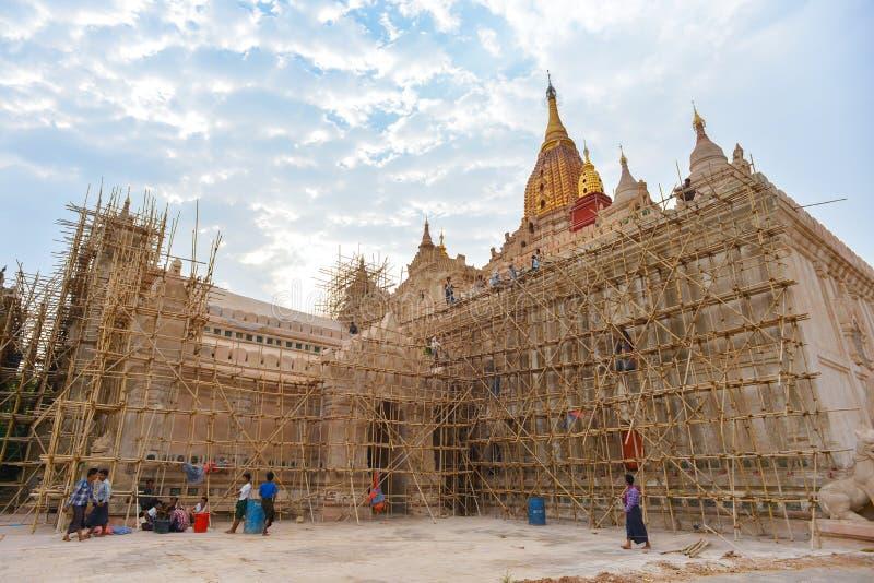 Pracownik odnawi Ananda świątynię w Bagan, Myanmar obrazy royalty free