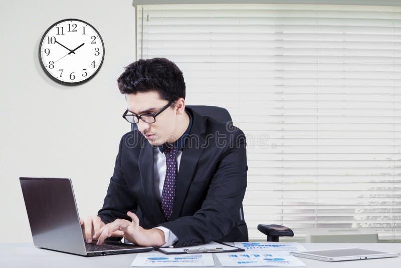 Pracownik patrzeje koncentracyjnego działanie w biurze zdjęcia stock