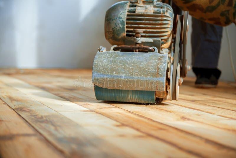 Pracownik poleruje parkietowej podłoga z szlifierską maszyną obrazy royalty free