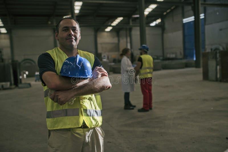 Pracownik pozuje w fabryce zdjęcia royalty free