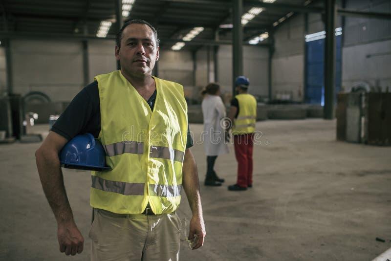Pracownik pozuje w fabryce fotografia stock